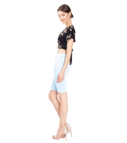 Krótkie legginsy damskie przed kolano w odcieniu jasno niebieskiem baby blue Bensini